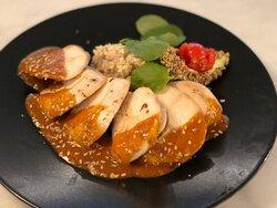 Suprema de pechuga de pollo con aguacate y quinoa