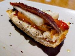 pincho de anchoa del cantábrico, pimiento rojo recien asado, queso manchego curado, pan tostado con ajo...