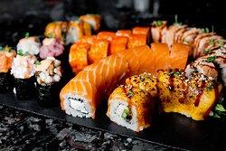 Блюда европейской и японских кухонь, салаты, холодные и горячие блюда, суши и десерты
