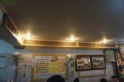 벽에는 방송 출연 기록과 수많은 사람들의 방문기록들이 꽉 차 있다.