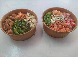 Gohan a la izquierda pollo/queso/camarón/palta/ kanikama con base de arroz  Gohan a la derecha Salmón/Camarón/palta con base de arroz