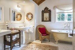 Acacia Bathroom -Wildflower Garden Cottage