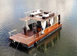 Unser Pool-Floß ist beheizt und liegt an der Havel. Wir empfehlen Bootstouren für Paare und Familien.