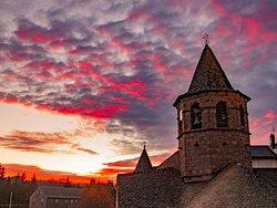 L'église Sainte-Marie de Nasbinals est une étape incontournable pour les randonneurs à la coquille. Construite au cours des XIe et XIIe siècles, elle est remaniée au cours du XIVe siècle sans perdre son style roman auvergnat.