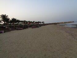 Widok hotelowej plaży o zachodzie słońca . Niestety o piasku jaki mamy nad Bałtykiem można tu tylko pomarzyć .