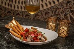 Fattush Tomate cherry, rábanos, pepino, hierbabuena, pan pita frito, ajonjolí blanco, miel, vinagre blanco, salsa granada, aceite de oliva y hierbabuena deshidratada.