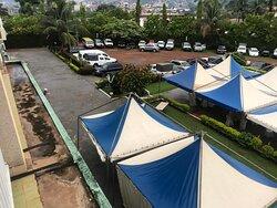 Hôtel Azur à Yaoundé, Le jardin est surtout un parking avec les nuisances sonores que cela suppose