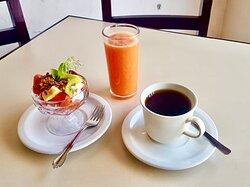 Fruta, jugo y cafecito