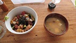 海鮮丼と味噌汁