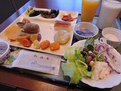 ブッフェ式の朝食 ジャガイモ(中央やや左上)はインカのひとみ
