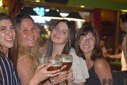 שותות בירה בקומת הסנוקר בפאדיס