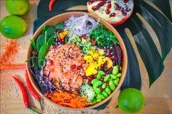 POKE BOWL HAWAII   Saumon, quinoa, mangue, avocat, concombre, carottes, choux rouge, betterave rose, oignons, algues, graine de sésame, sauce poke