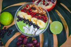 Energy Bowl  Mangues, banane, épinards, lait d'amande, granola maison, fruit secs