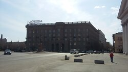 """Здание отеля """"Волгоград"""" выполнено в стиле """"Сталинский ампир"""" и выглядит весьма внушительно..."""