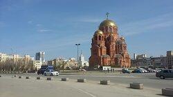 Напротив отеля находится новый храм Александра Невского, который должен открыться в 2021-м году. Окна ряда номеров выходят именно на него, а также на прилегающий к храму парк и расположенный чуть дальше жд-вокзал.