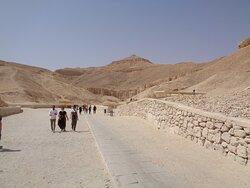 Nad całą królewską doliną dominuje stożek naturalnej piramidy .