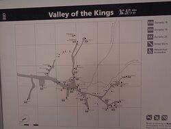 Przy kawiarence znajduje się plan całego terenu , który może ułatwić rozeznanie się w umiejscowieniu  konkretnych grobowców .