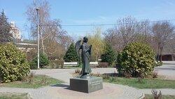"""Скульптура """"Ангел-Хранитель"""" установлена в центре сквера Саши Филиппова в Ворошиловском районе Волгограда в 2005-м году."""