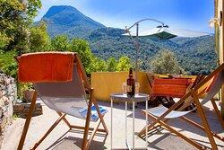 A Muntagna est un gîte dans une maison composé d'une chambre, d'un séjour/cuisine, d'une salle d'eau avec WC. Terrasse avec vue sur la montagne. Plage à 500 m. 2/3 personnes. De 350 € à 700 € par semaine.