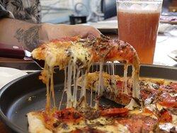 Pizza Socavón, con charque de llama