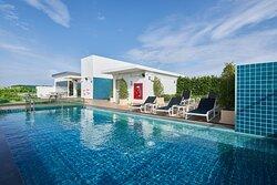 Holiday_Inn_Express_Pattaya_Central_Rooftop_Swimming_Pool
