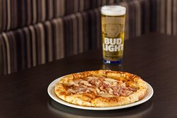 Busy day in Stirling? Enjoy a pizza and pint in our lounge