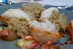Pan fried scallops with apple pure and bacon crumbs