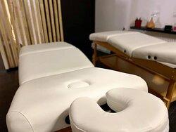 Posiadamy bardzo bogatą ofertę masaży, którą można znaleźć na naszej stronie internetowej www.floatrest.rozlewnia.com w zakładce USŁUGI.   Ponadto wyróżniamy się tym, ze jako jedyne SPA oferujemy masaże DLA DWOJGA :)   Jest to niesamowita forma relaksu dla PAR, ale również dla PRZYJACIÓŁEK :)