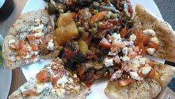 Vegetarisches Gericht mit Pita-Brot