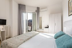 camera standard con vista città e balconcino