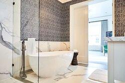 Alcazar Suite Bathtub