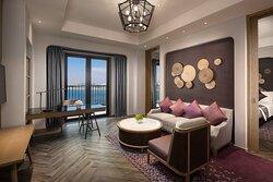 Crowne Plaza Suite Room_Living Room