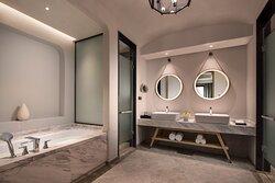 Crowne Plaza Suite Room_Rest Room