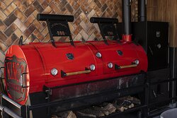 Nossa Pit Smoker, uma tradicional churrasqueira americana de defumação.