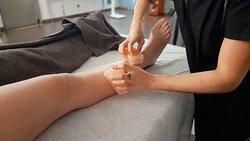 Salt Treatment Massage Ritual, tratamento desintoxicante e revitalizante, cujos efeitos positivos são providenciados pelo Sal Himalaio em conjunto com oligoelementos essenciais.  #DaySpaMontijo Novidades . Confort Zone . Massagem de Sal