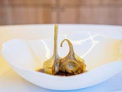 Alcachofas de mendavia LC en dos cocciones, txangurro a la donostiarra, caldo de cebolla