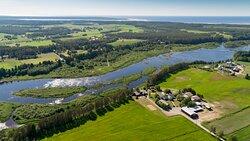 Törmälän Tila sijaitsee lähellä Siikajoen suistoa ja meren rantaa. Varessäikän hiekkarannalle on noin 5 kilometriä.