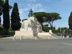 Il grande monumento a Mazzini, al centro dell'esedra di piazzale Ugo La Malfa