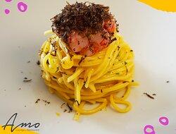 """Vi presentiamo questo spaghetto alla chitarra🍝  con tartare di gamberi rossi """"Mazzara""""🦐 lime e tartufo nero pregiato 🖤"""