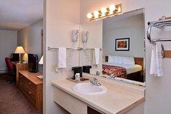 MH Country Inn Ishpeming MI Guestroom Queen