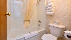 MH CountryInn Ishpeming MI Guestroom Bathroom