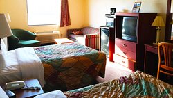 MH ClintonManorHotel Union NJ Guestroom TwoDoubleSuite