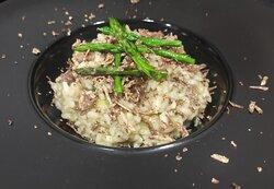 Risotto con asparagi e tartufo bianchetto ( tuber borchi vittadini)