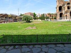 Al centro della foto si può vedere il tondo di cemento sul posto in cui era l'antica fontana