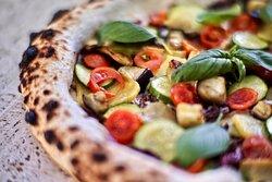 ➖ 𝗟'𝗢𝗥𝗧𝗢𝗟𝗔𝗡𝗔 — Fiordilatte, patate a pasta gialla Abruzzesi, melanzane e zucchine cotte a legna, radicchio rosso di Chioggia IGP e pomodorini ciliegino Siciliani.