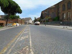 Via dei Fori Imperiali: sullo sfondo il Colosseo e a dx la basilica di Massenzio