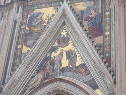 Duomo di Orvieto - Dettaglio della facciata con Annunciazione e Battesimo di Cristo