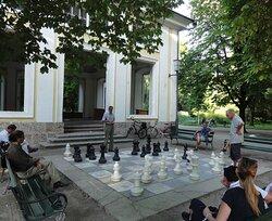 Bei Schach spielen.
