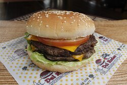 La suculenta hamburguesa Doble Jumbo, con un excepcional sabor que te dejará con ganas de más.