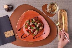 Caponata con filetti di tonno pomodorini olive
